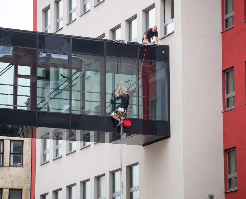 Mytí oken ve výšce - horolezeckou technikou Ostrava